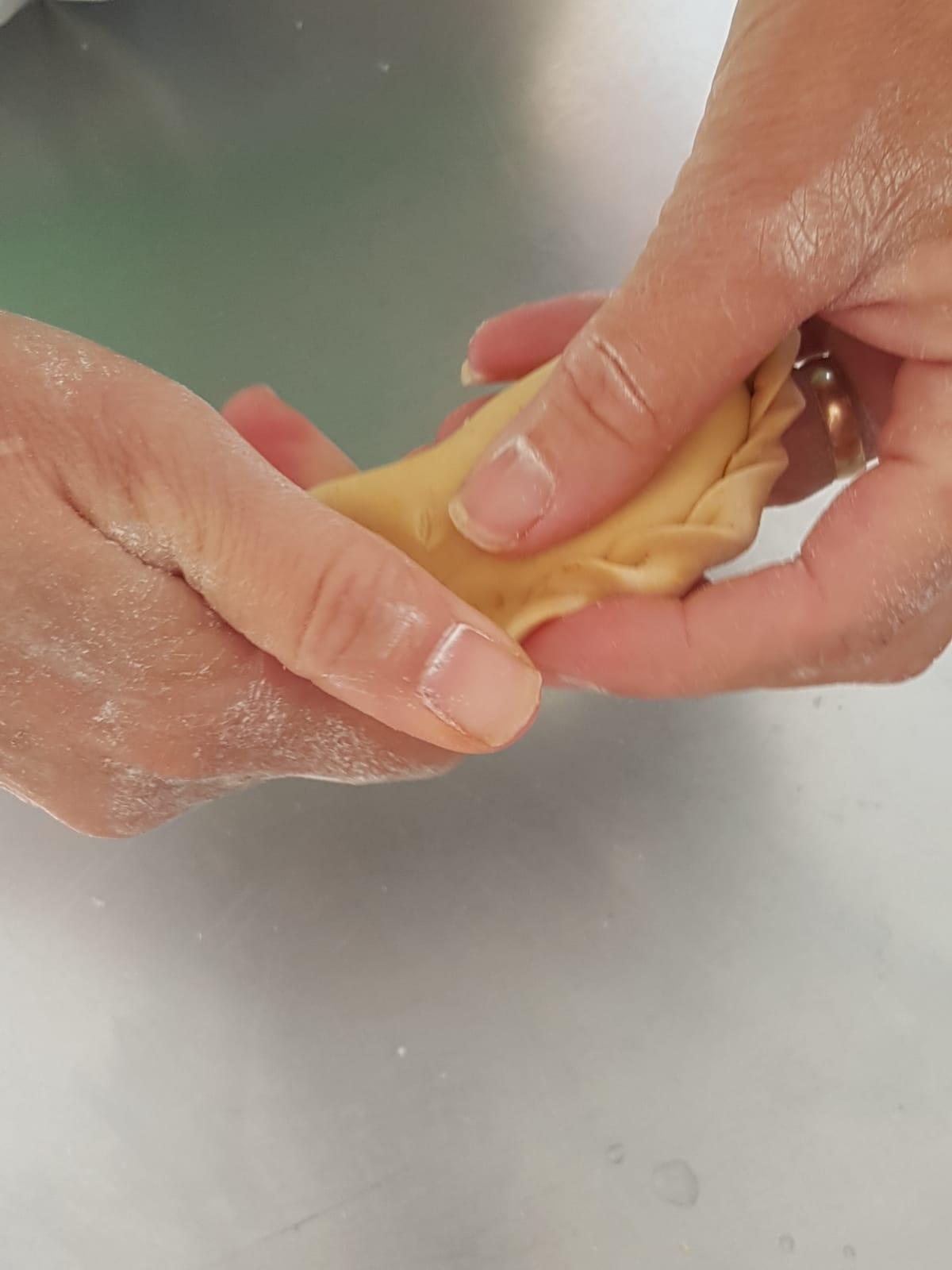 Les mains magiques d'Eli, produisant les empanadas