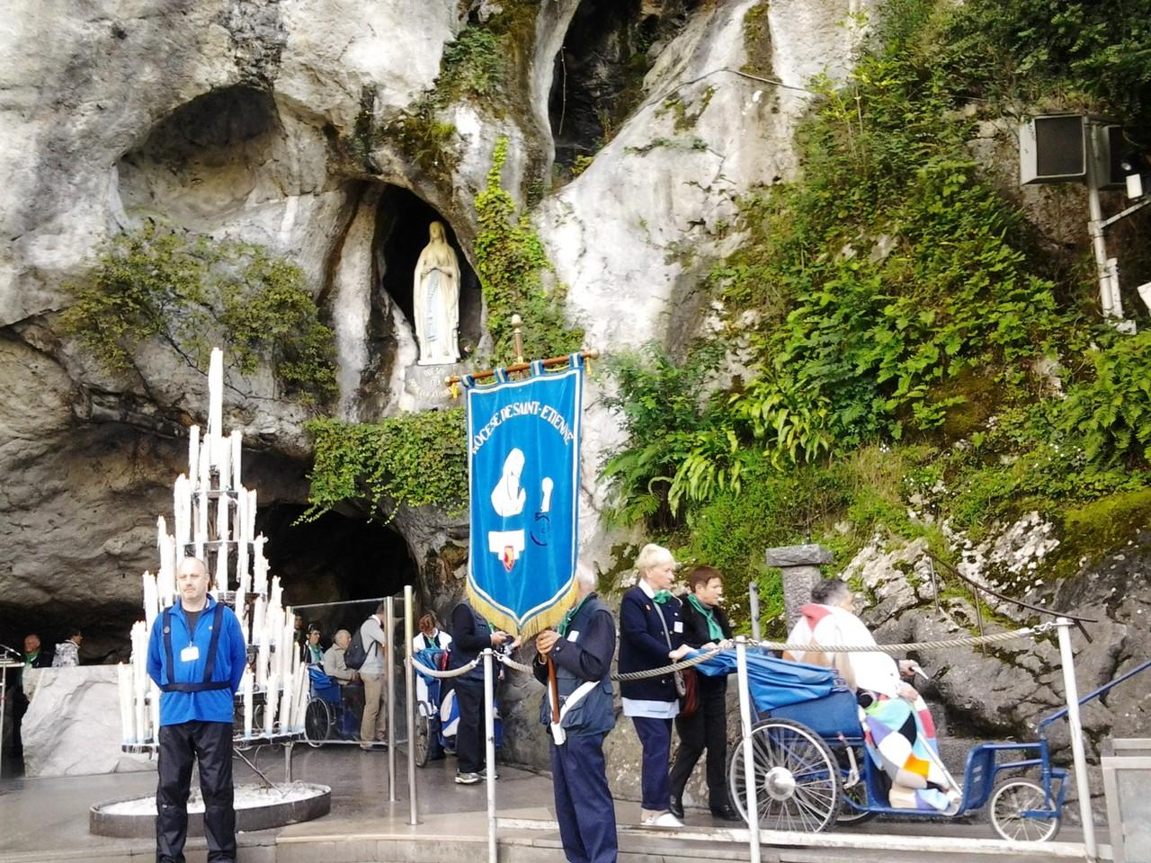 Pèlerins à la Grotte