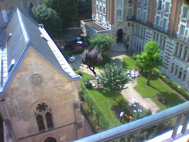 Vue sur le jardin et la chapelle du foyer