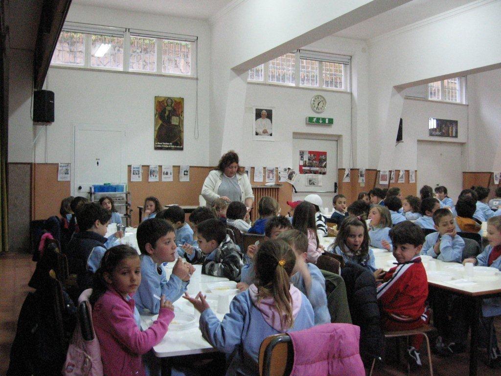 Virgo Fidelis : élèves au réfectoire