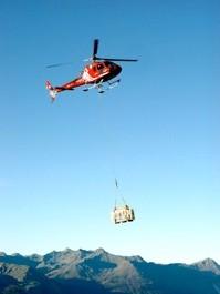 Fenstermontage an der Wiwanihütte/VS auf 2470 Meter über Meer.  Der Transport der Fenster war nur mittels Hubschrauber realisierbar.