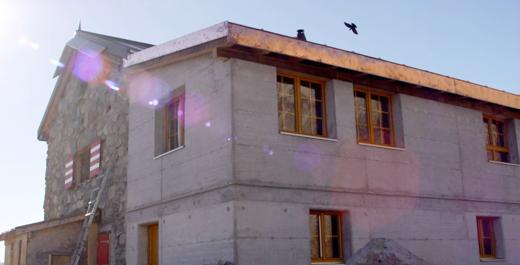Fenstermontage an der Wiwanihütte/VS auf 2470 Meter über Meer.  Alpendolen begutachteten unsere Arbeit als erstes.