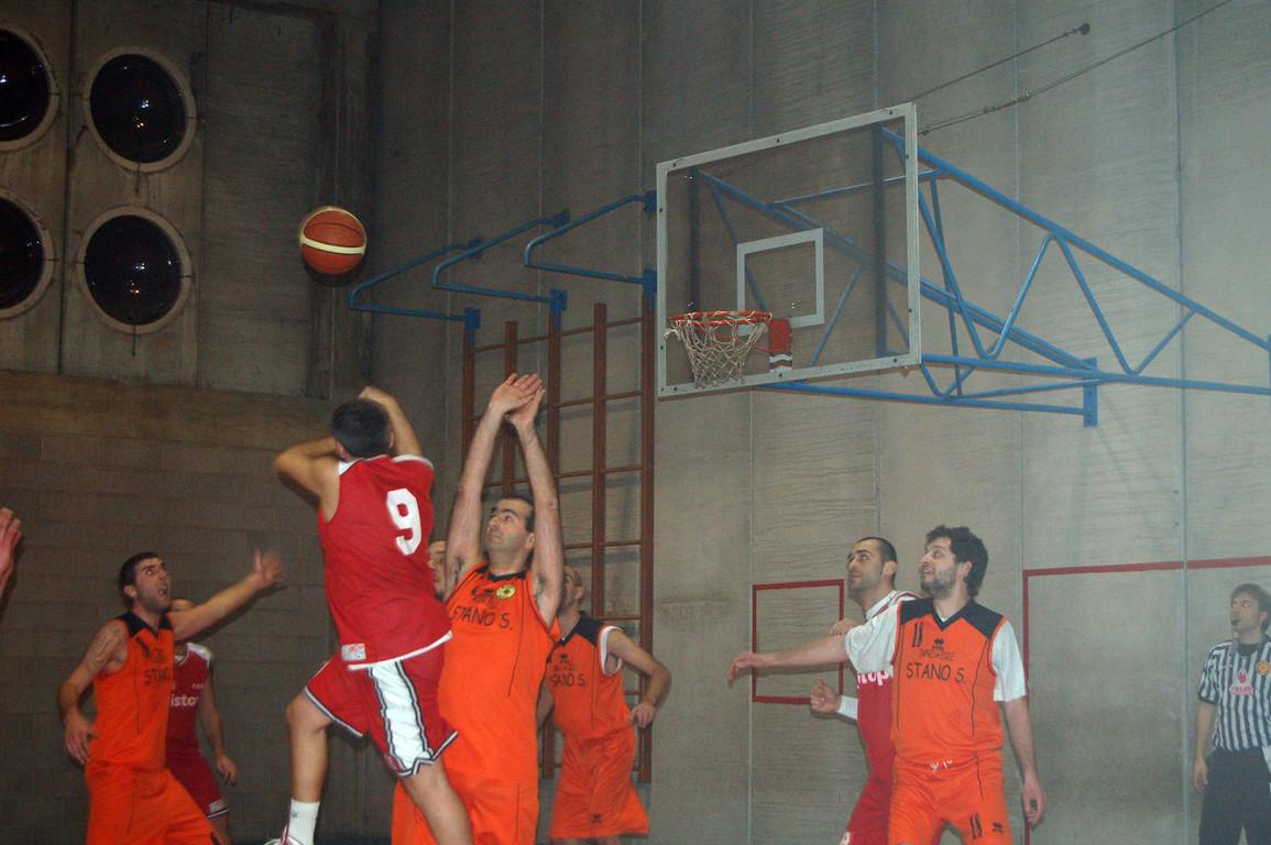 PAP - Basket Blues - Gennaio 2008 - Guido alle prese con un tiro ad effetto!!!!!