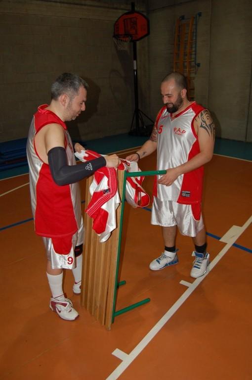 La vestizione del Leo prima della foto di squadra - Maggio 2010