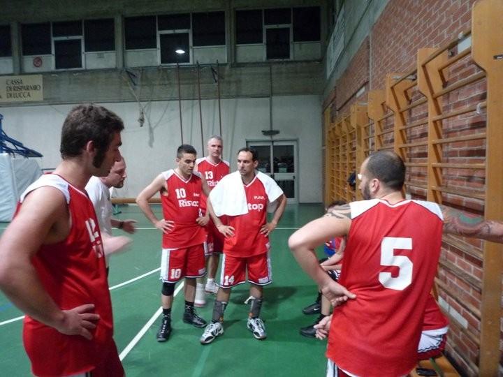 Ultima partita di Coppa Primavera a Porcari (da notare le facce felici e gioiose!!!!!) - Maggio 2011