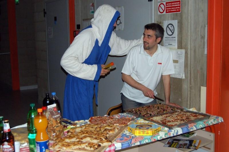 Big spiega al Marchi come deve essere fatto il taglio della pizza - Maggio 2010