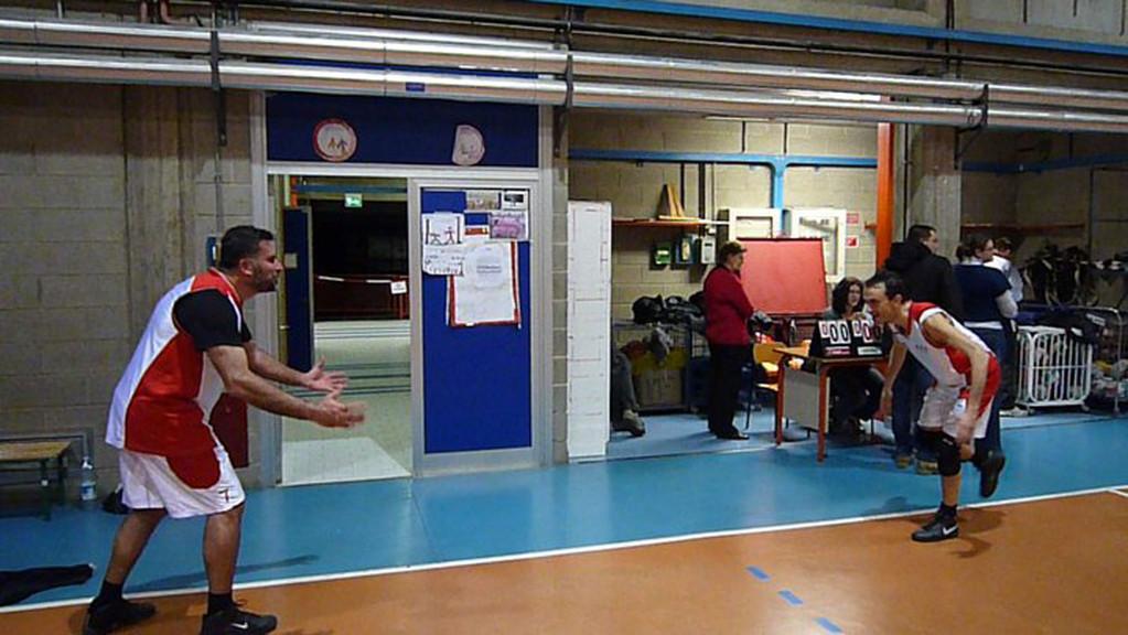 Francino si lancia verso Stefano per festeggiare la vittoria contro l' ARCI - Marzo 2011