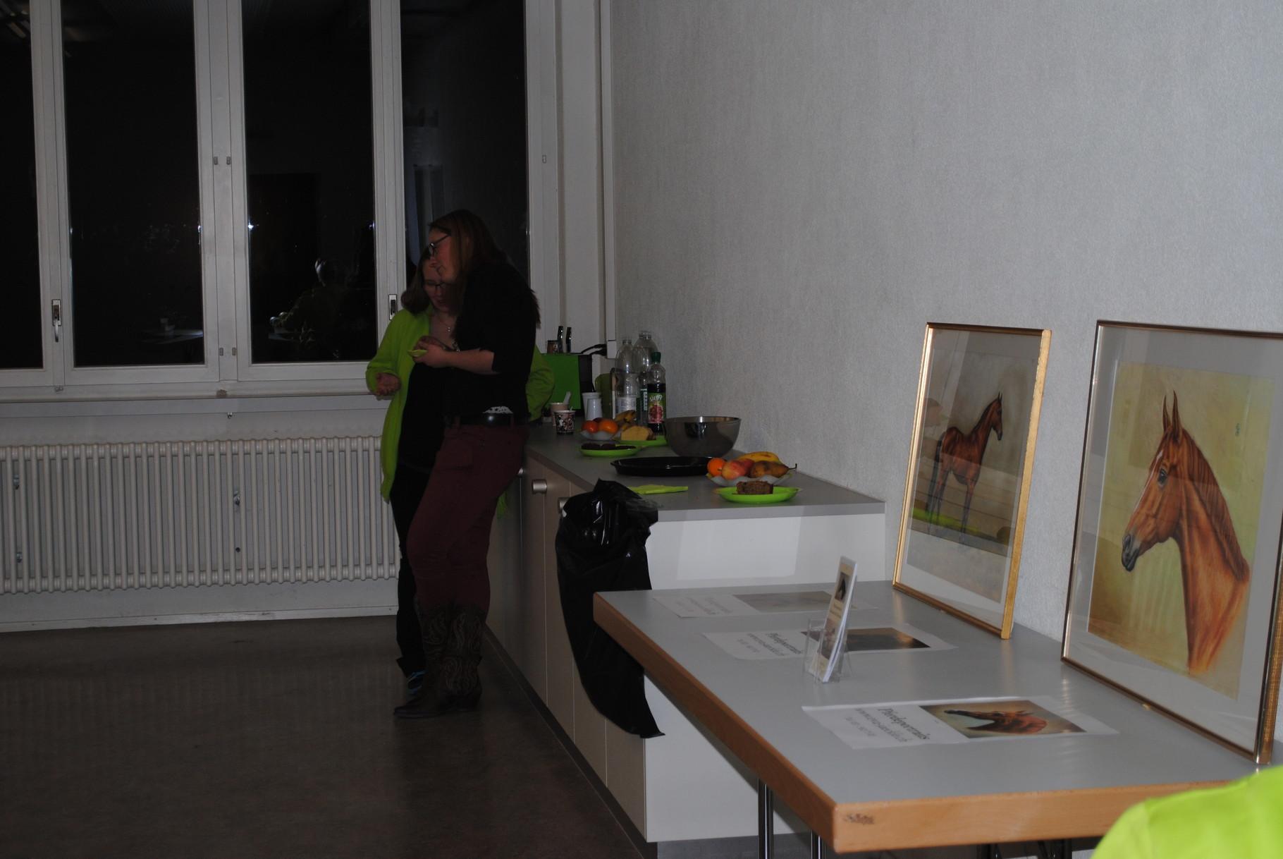 Sattelvortrag: Als kleine Besonderheit war der Veranstaltungsraum bei diesem Vortrag mit den Bildern von Eva Jaeckle bestückt.
