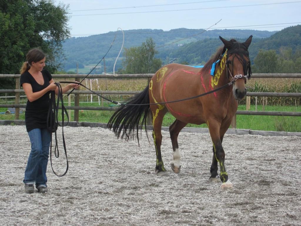 Nadine und Ljuba geben sich Mühe, den Zuschauern die Funktionen der verschiedenen Muskeln anschaulich zu demonstrieren.