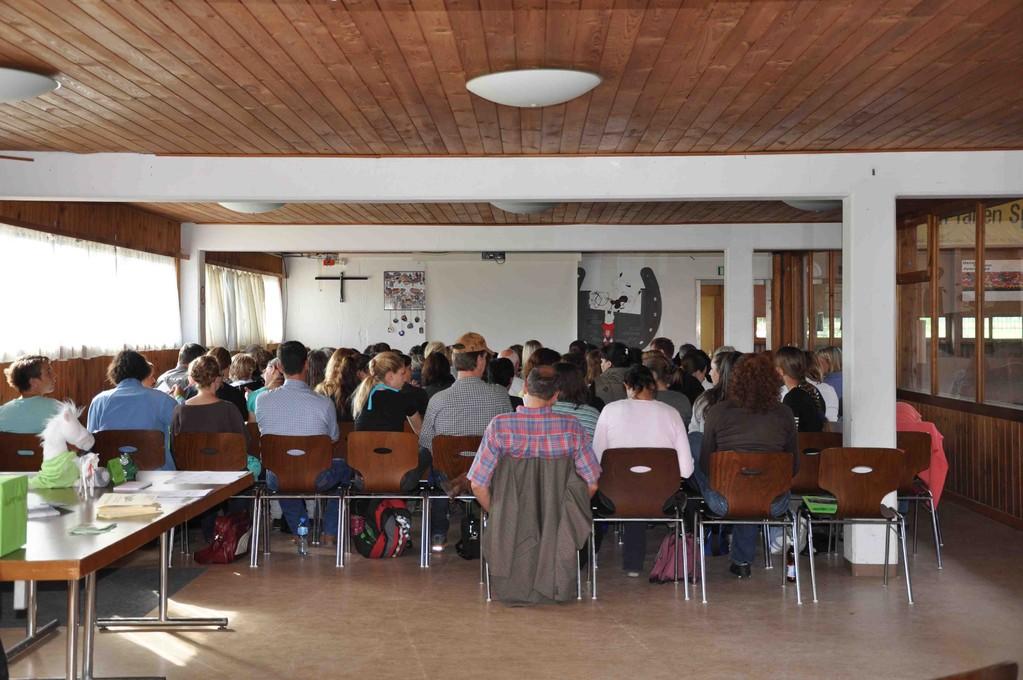 Gespanntes Warten in der vollen Reiterstube auf den Beginn des Seminars.