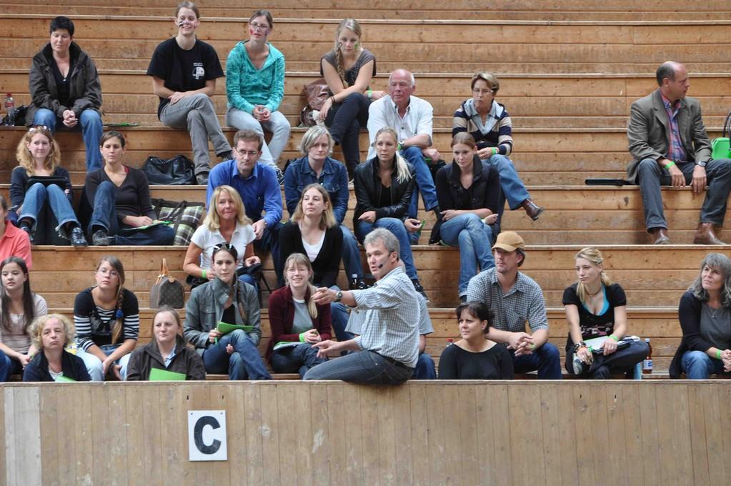 ... dann entschliesst sich Gerd Heuschmann zu den Leuten auf die Tribüne zu sitzen.