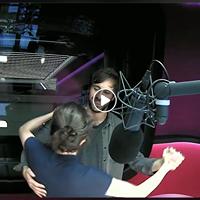 Carla Keller tanzt mit Max Giesinger im Radiostudio