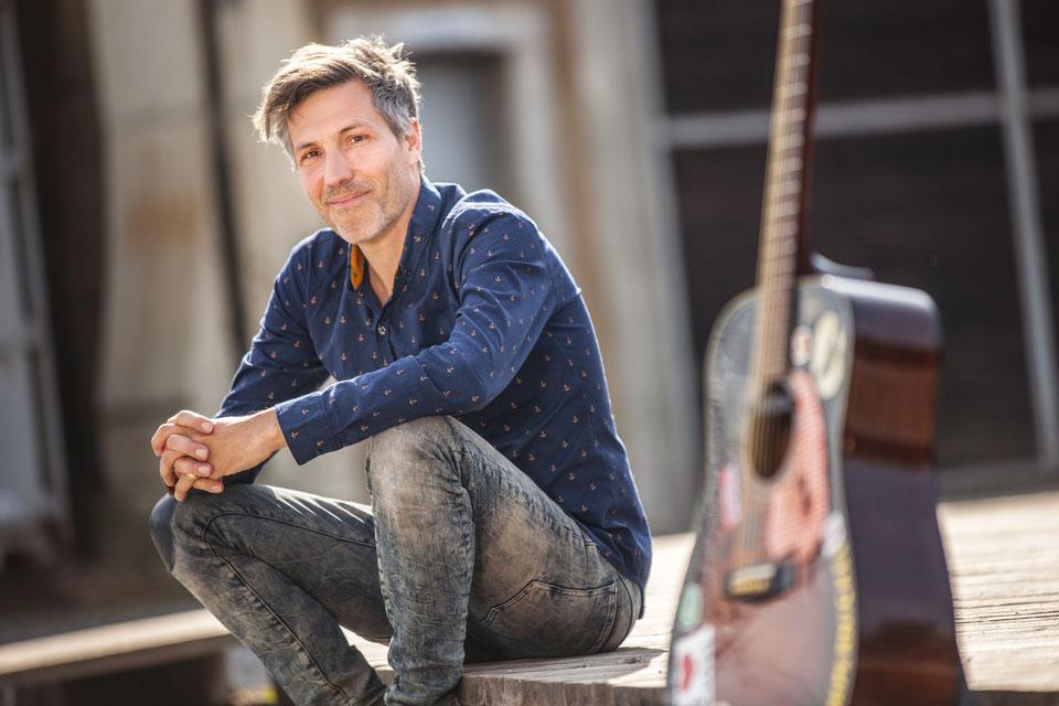 Christian Johannes Käser mit Gitarre