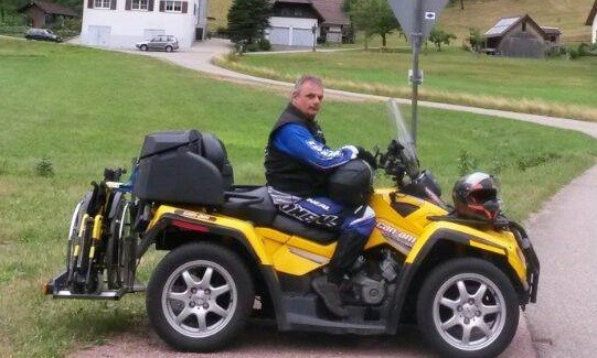 Hier seht ihr Jürgen Sommer auf  seiner CanAm mit seiner selbstgebauten Aufnahme für seinen Rollstuhl