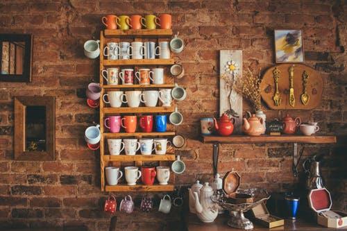 Noch sind alle Tassen im Schrank. (Photo by Emre Can on Pexels)