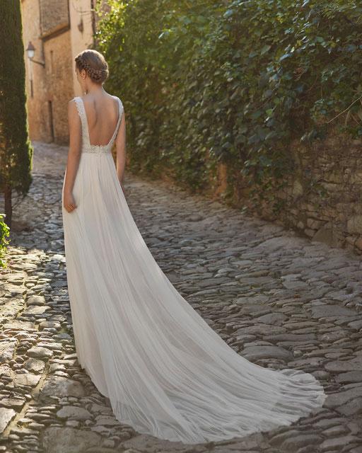 Zart fließendes Brautkleid mit langen Ärmeln und sexy Schlitz im  Rock.