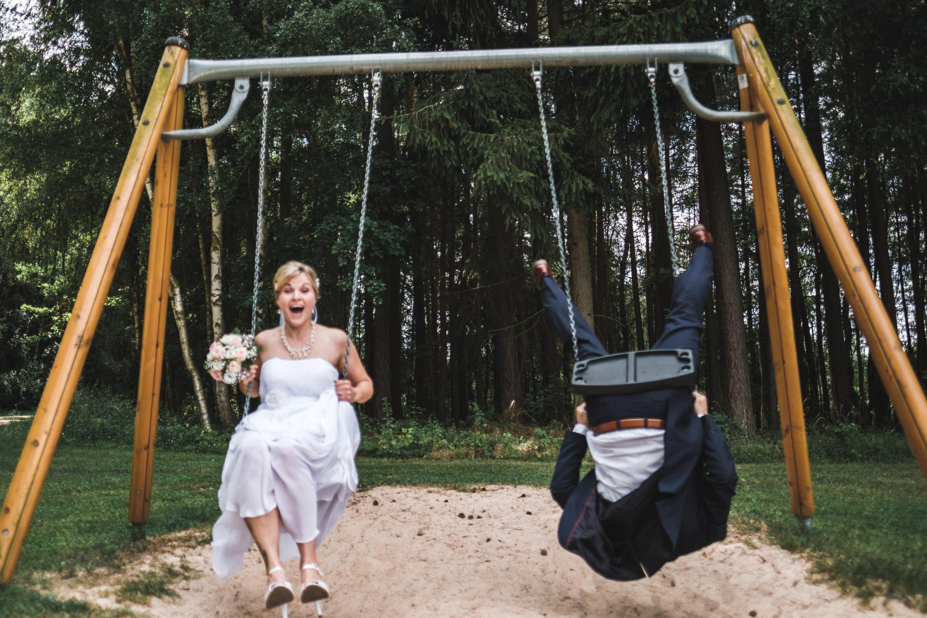 Hochzeitspaar Schaukelt