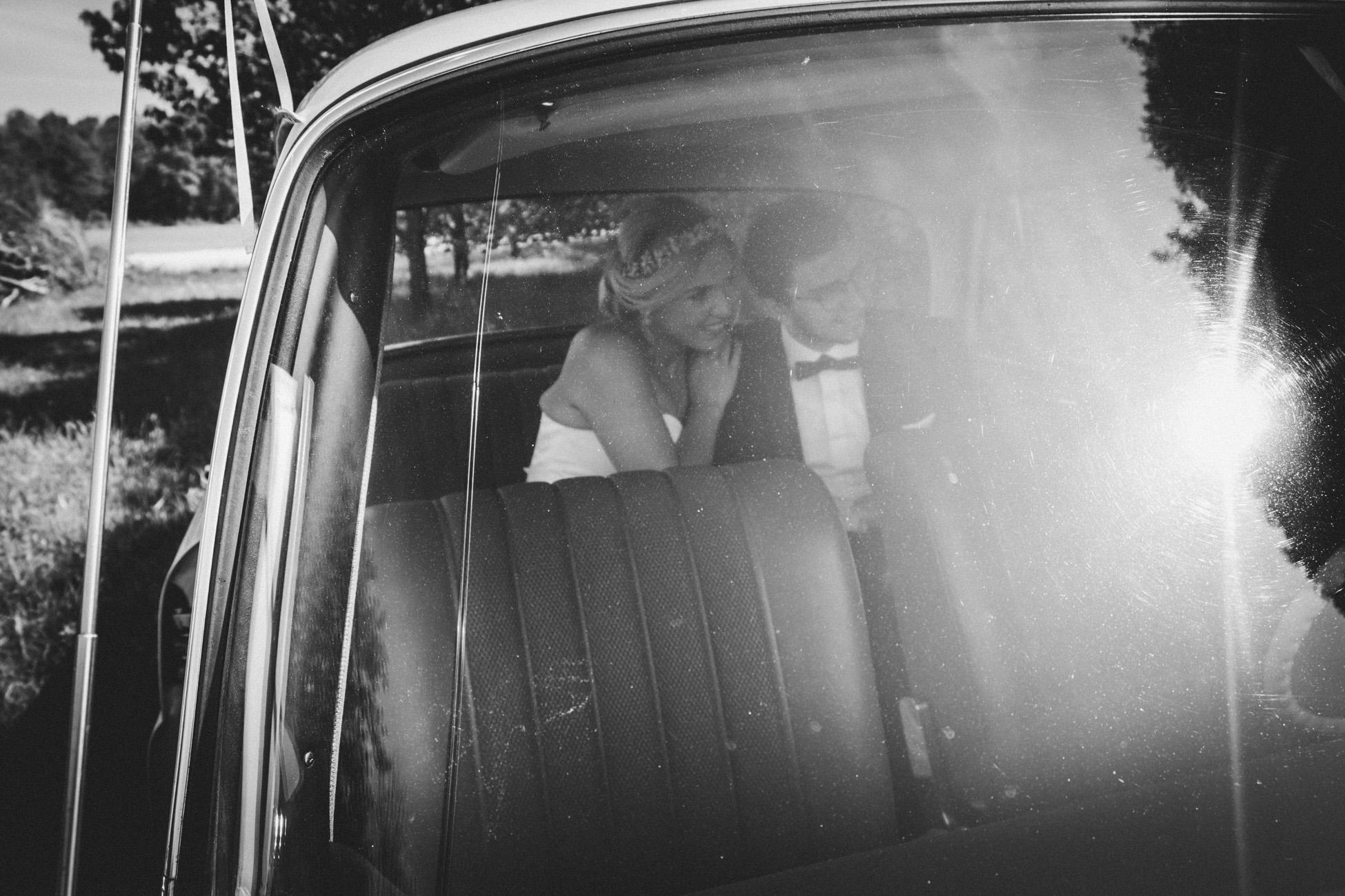 Paarshooting im Hochzeitsauto