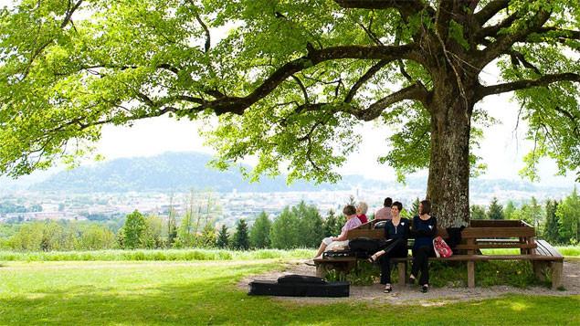 Die zwei Hochzeitssängerinnen Katharina und Nina von heart.beat. entspannen vor der Trauung in Maria Plain (Salzburg)