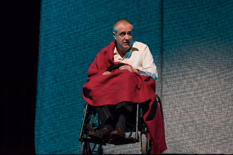 """Fotografia di scena dello spettacolo teatrale """"L'uomo dai due corpi"""", Teatro Caboto di Milano, regia di Gianluca Frigerio e Giorgio Di Salvo"""