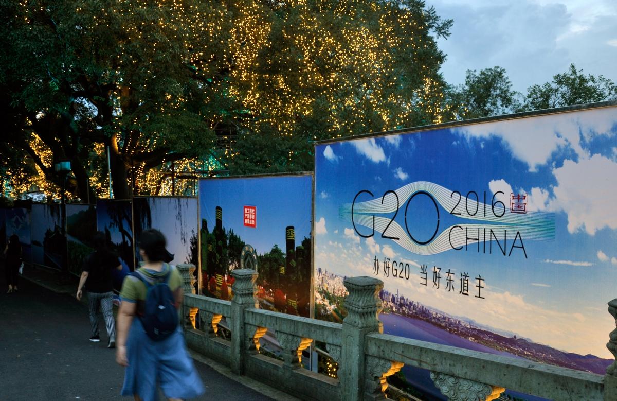 Barrières masquant une partie du Lac de l'Ouest privatisé pour le G20, Hangzhou, juillet 2016. Photo : Jérémy Leugé et Liubing Xie.