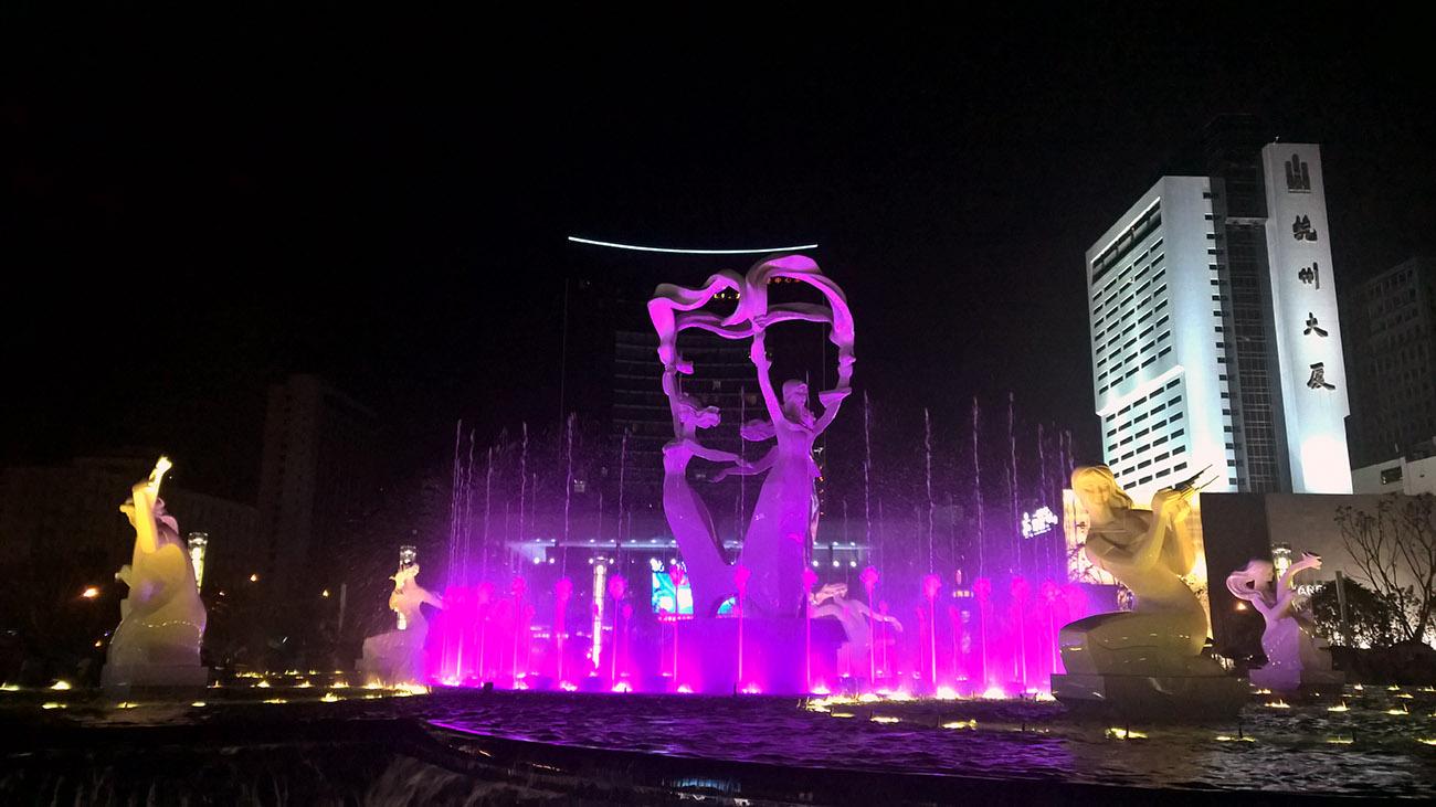 Spectacle de fontaines lumineuses et musicales, place Wulin, Hangzhou, juillet 2016. Photo : Jérémy Leugé et Liubing Xie.