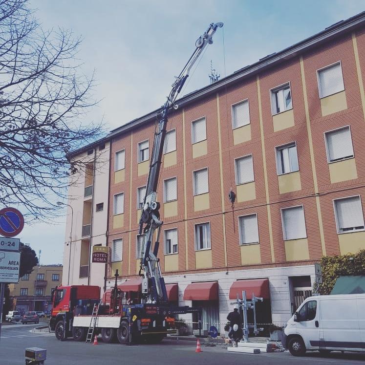 Camion gru per sollevamento e montaggio antenne e apparati telefonia a Ravenna