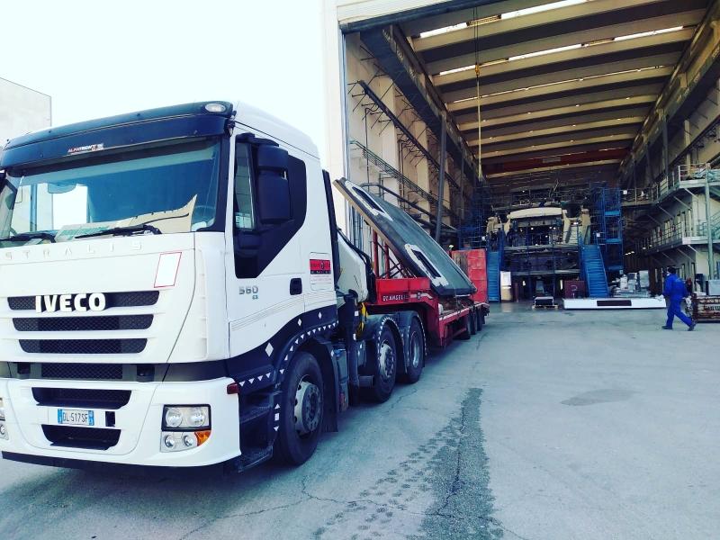 Bilico con gru e rimorchio ribassato per carico e trasporto componente barca imbarcazione a Ancona