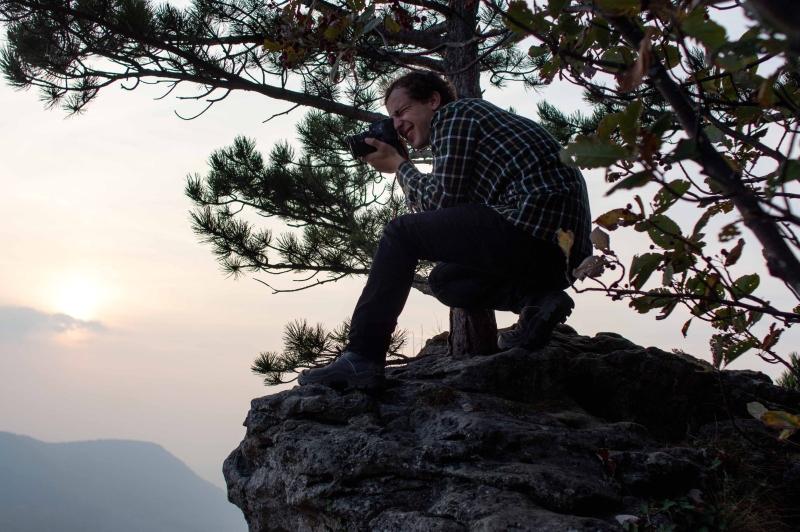 Felix von Foto Bernecker beim fotografieren auf dem Gelben Fels