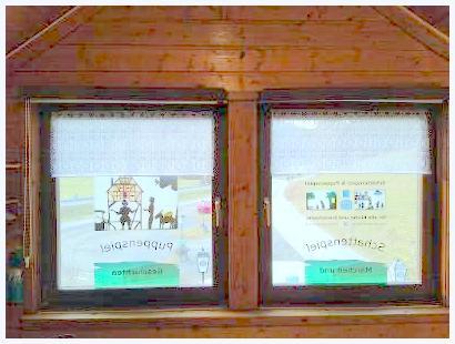 Gestaltung der Fenster mit Rolloabdeckung und kleinen Gardinen