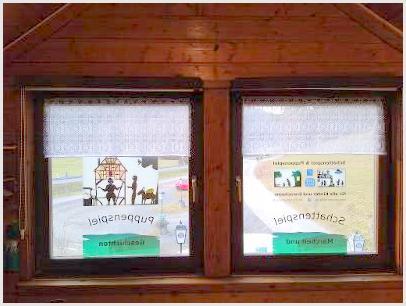 Trotz Corona: Die Fenster werden mit Rolloabdeckungen und kleinen Gardinen versehen.