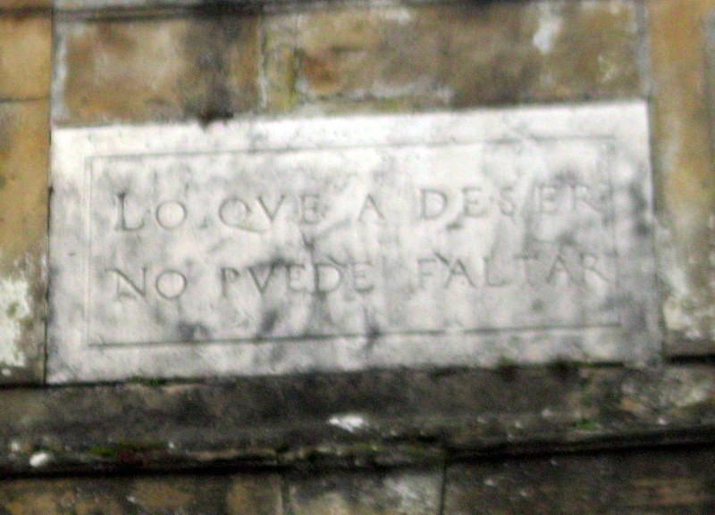 Il est surmonté d'une inscription fataliste en espagnol castillan correspondant aux dernières paroles d'un seigneur espagnol avant de retourner en Espagne.