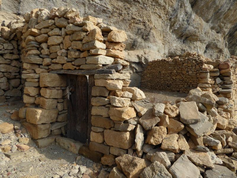 Des excavations naturelles dans la roche ont pu servir de corral ou d'habitations