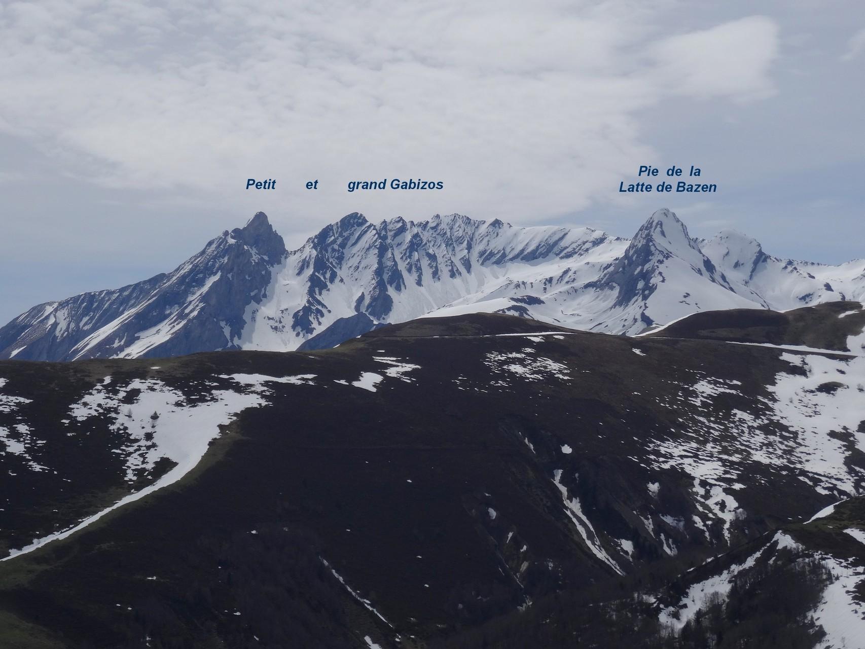 Un aperçu du panorama vers le Sud et le massif du Gabizos