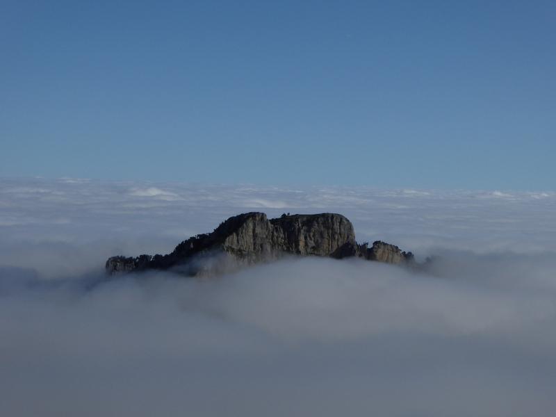 Une île dans la mer de nuages