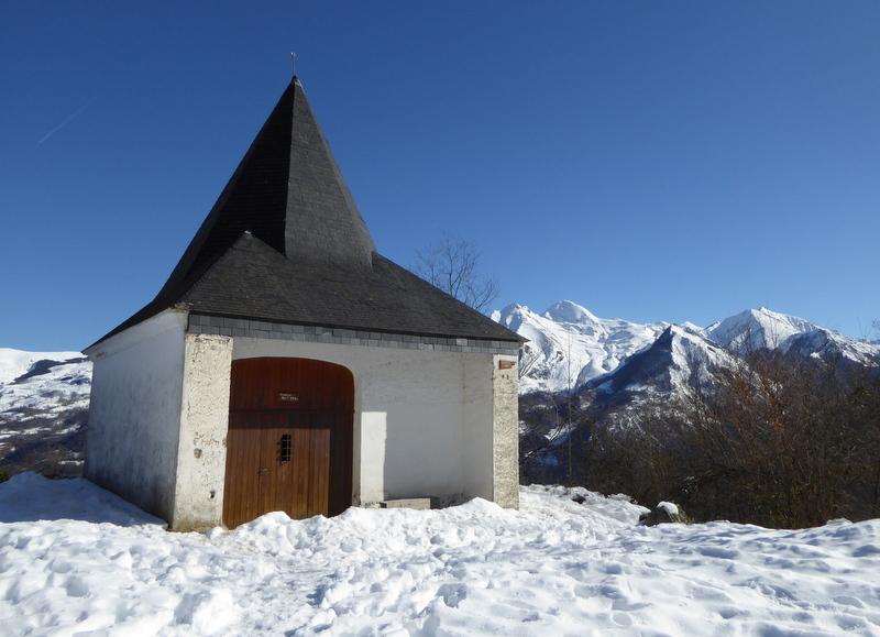 """La chapelle de Pouey Aspe  (""""le promontoire escarpé"""") construite sur l'emplacement..."""