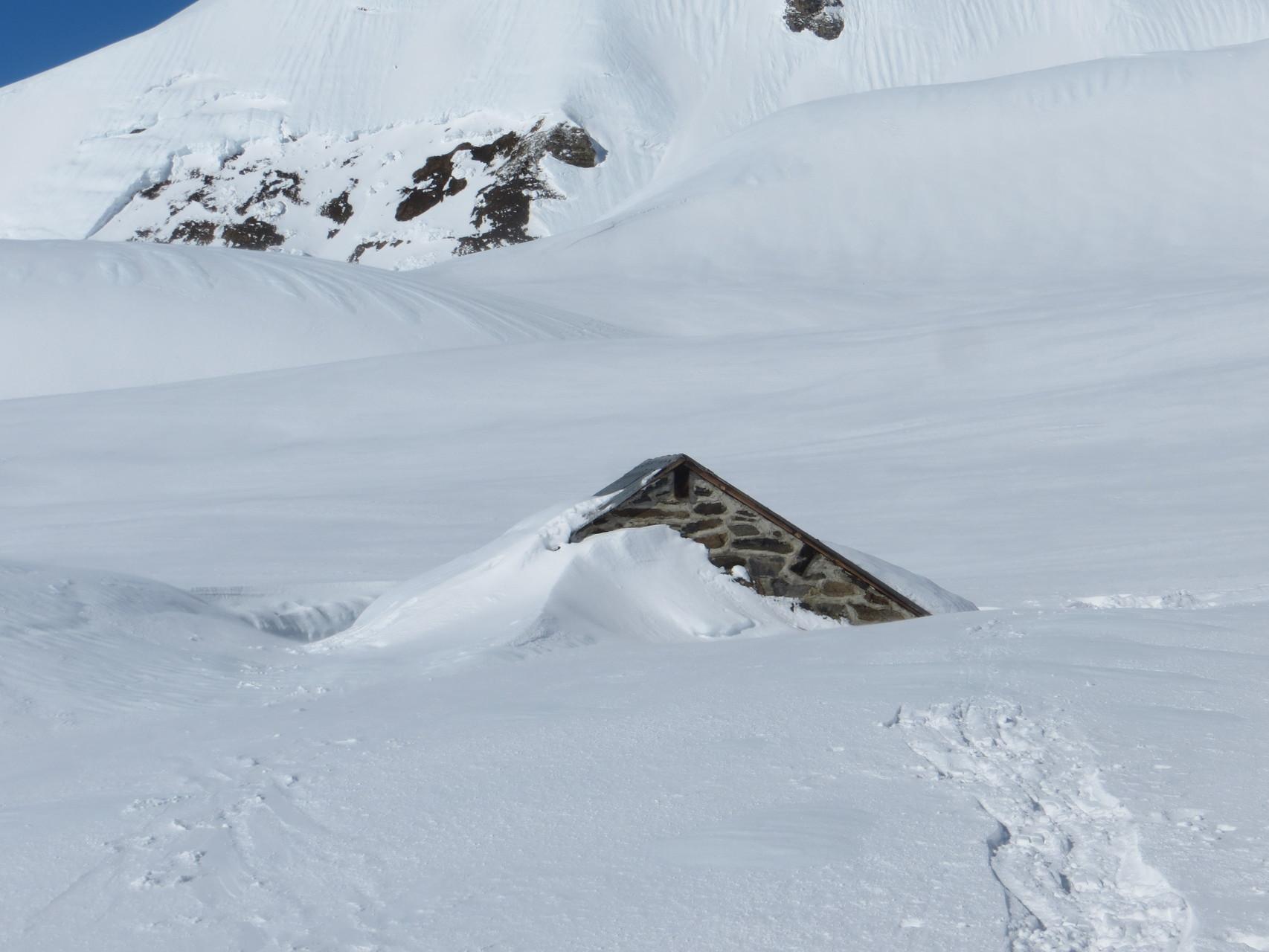 Cabane ensevelie sous la neige