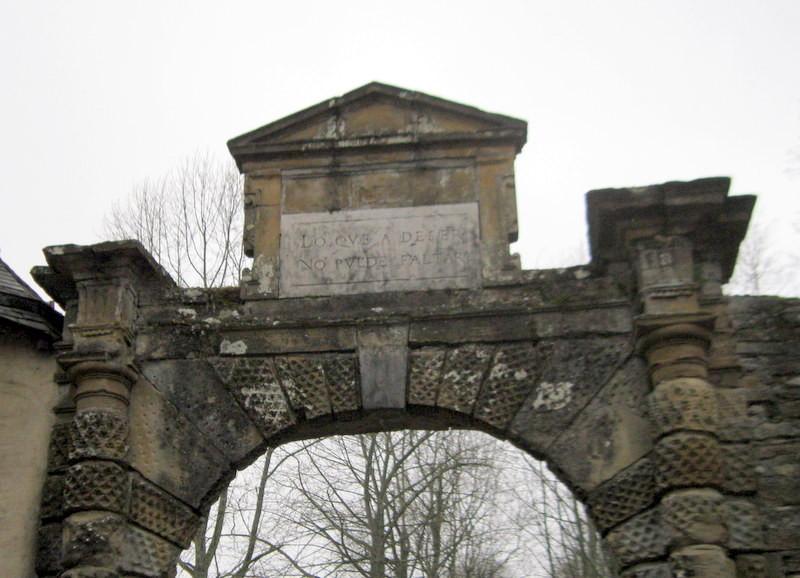 Le portail d'entrée qui date de la fin du XVI ème siècle est un ouvrage de style renaissance