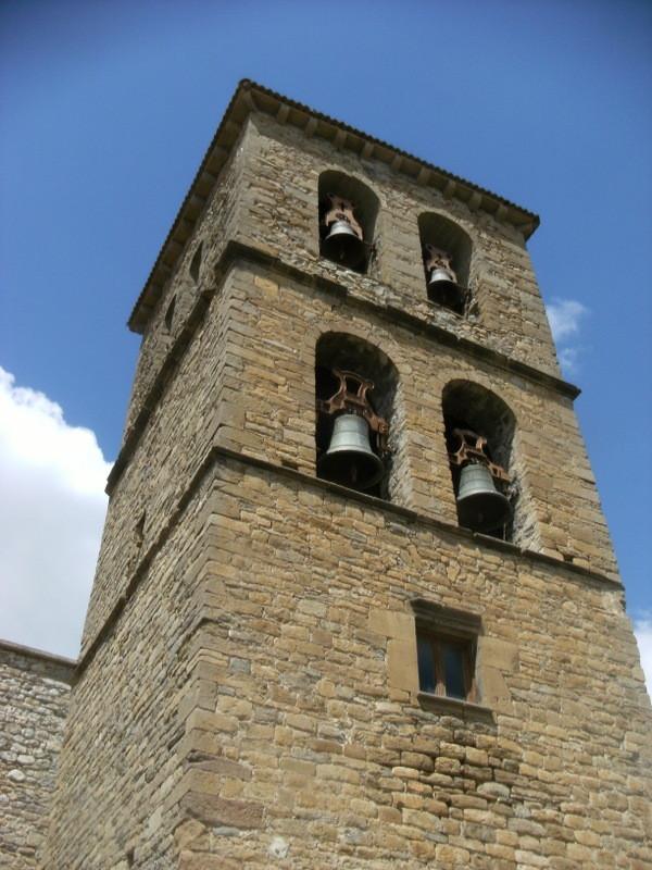 Beau clocher aux deux étages de cloches