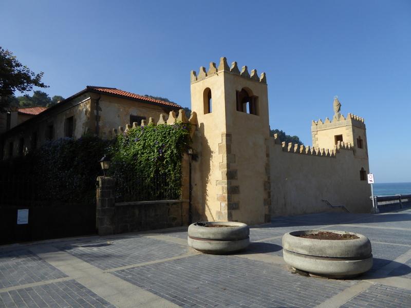 Construit en 1536, la palacio de Narros fut la résidence d'été de la Reine Isabella II d'Espagne lors ce qu'elle venait à Zarautz.