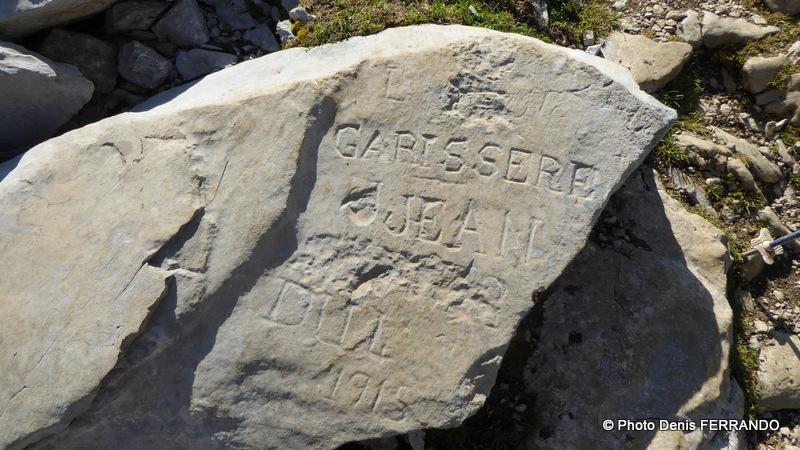 Pierre gravée au nom de Jean Garissère, jeune berger de Lescun