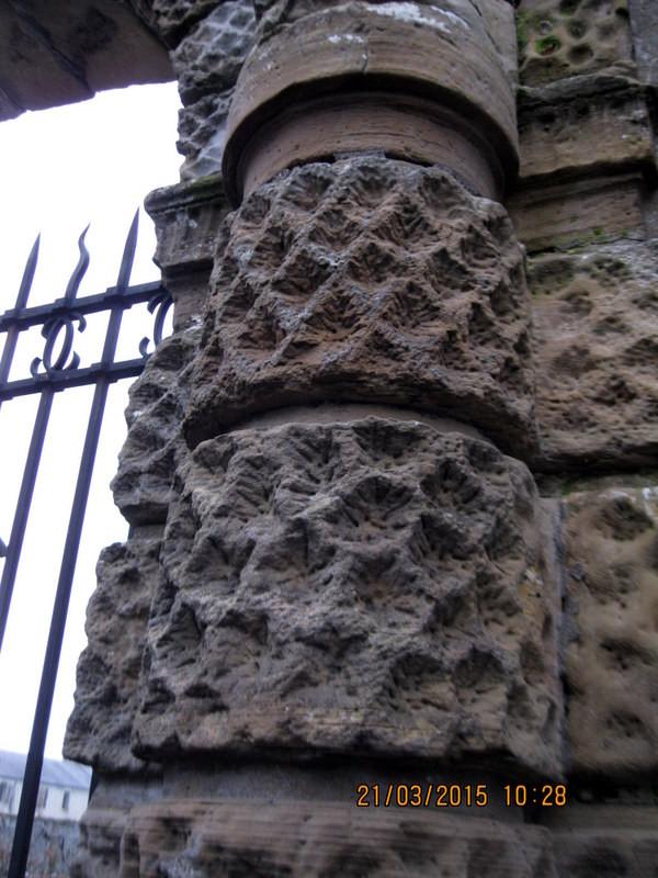 Et le fût de ses colonnes se caractérise par la surface irrégulière de la pierre formant un damier en creux