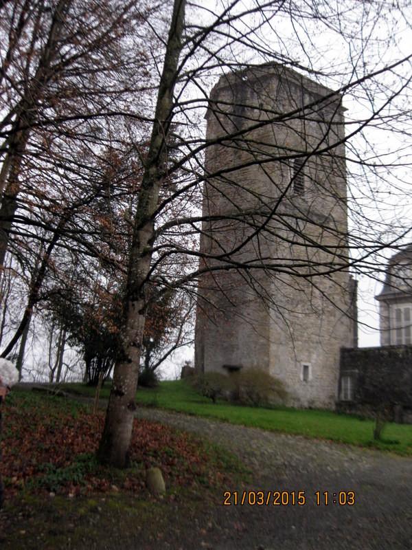 De la construction médiévale du château, il ne subsiste que le donjon pentagonal édifié vers 1350 par Raymond Arnaud IV seigneur de Coarraze
