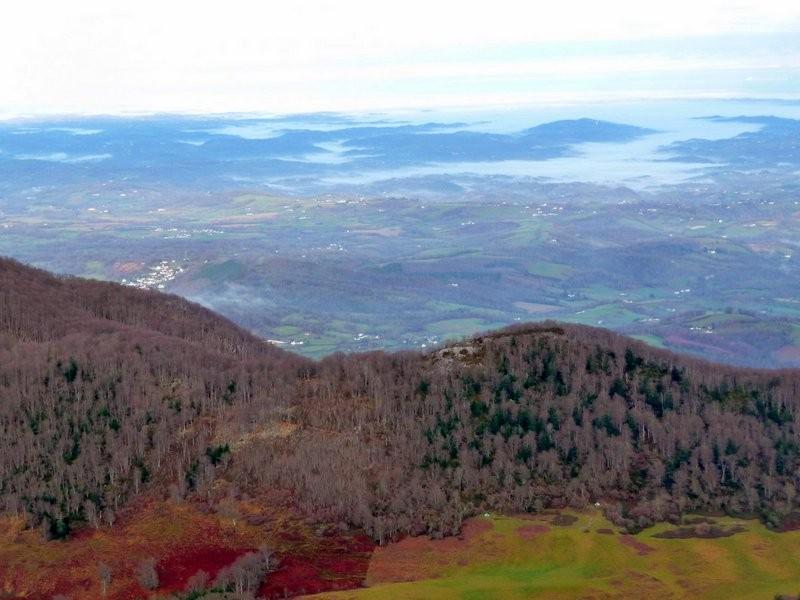 A gauche Montagne du Rey et Louvie Juzon