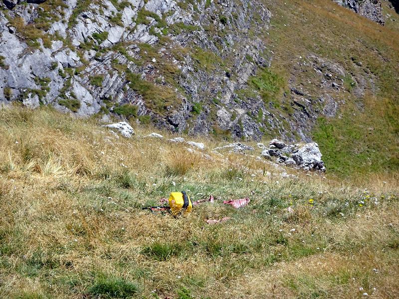 A proximité du col du Pourtalet, un peu de nourriture est posée.