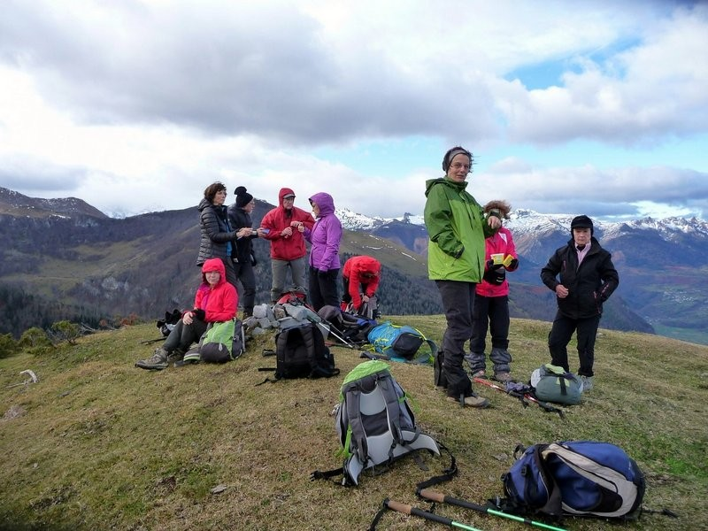 Au soum de la Pale (1431 m) le groupe se protège du vent frais
