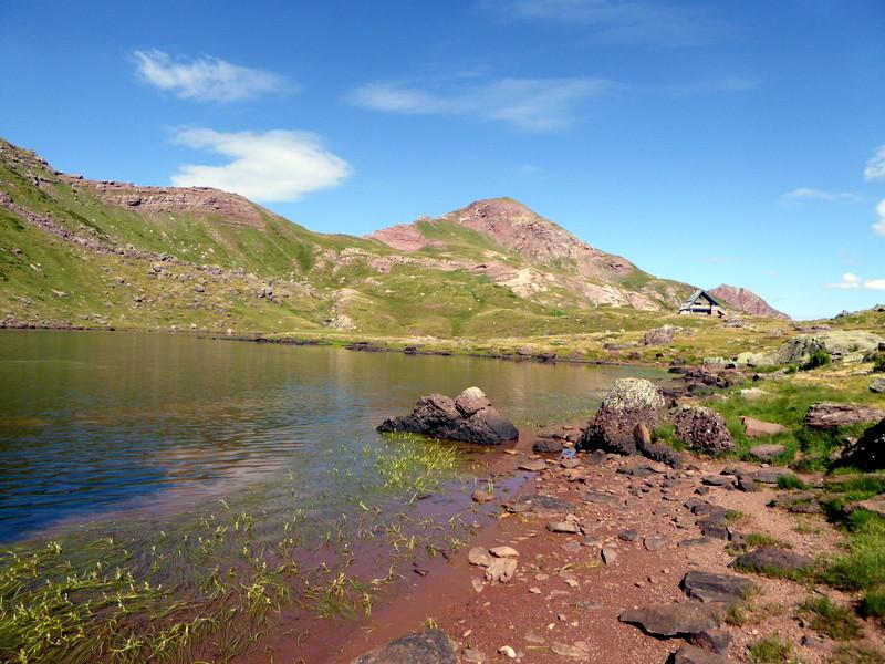 lac et refuge d'Arlet, avec l'objectif du jour : le pic d'Aillary