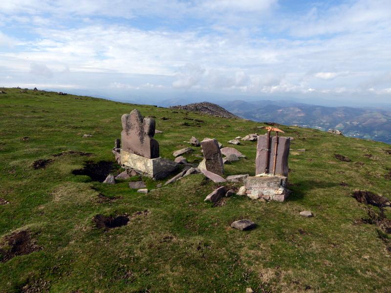 Au sommet, on trouve également plusieurs stèles commémoratives :