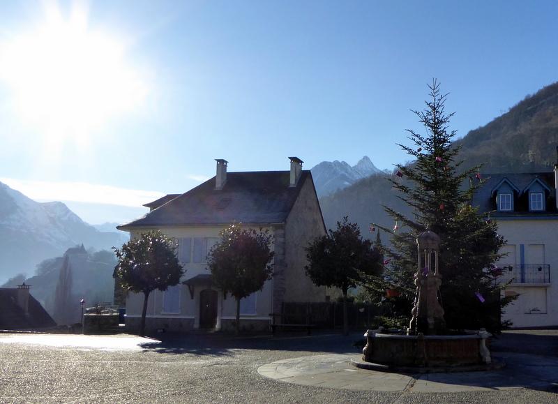 Au fond, à gauche, on discerne la chapelle de Piétat bâtie sur un promontoire rocheux. A gauche le pic de Viscos
