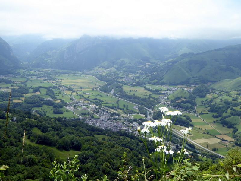 Vue sur Bedous et la Vallée d'Aspe, vallée glacière qui a creusé une entaille...
